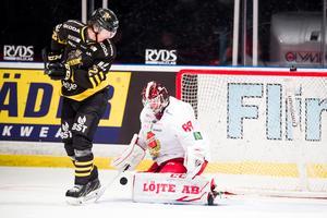 AIK:s Max Lindholm och Almtunas målvakt Arvid Ljung ställs mot varandra igen i kväll. Foto: Dennis Ylikangas / Bildbyrån