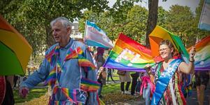 Magnus Bohman (L) under Fagerstas första Prideparad i år. Här tillsammans med Liane Blom (L).