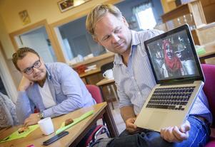 Regissören Joakim Rindå visar verkliga möten på sin dator för bland andra syriske Abdul.