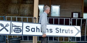 Gunnar Sahlin har fyra skyltar stående i förrådet.