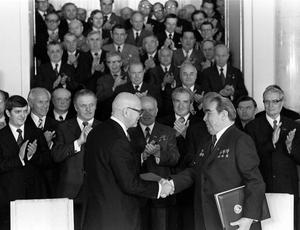 En faktor som format finsk pragmatism är relationen med grannen i öster. Bilden är från 1977. Finlands president Urho Kekkonen och Sovjetunionens president Leonid Bresjnev undertecknar ett handelsavtal i Moskva.