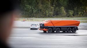 AXL:en väjer lugnt och stilla när det dyker upp en annan bil framför den.