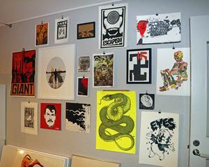 Mark samlar konst, här en del av samlingen.
