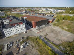 När bostadsområdet Gävle Strand planerades ritade man aldrig in något parkeringshus. Men efter klagomål på bristen på p-platser beslutade kommunen för tre år sedan att bygga Briggen på en bit mark som ursprungligen var tänkt som park.