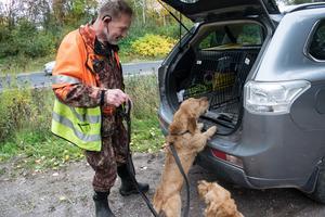 När Anders ska ta i och ur hundarna vid eftersök finns alltid oron att bilister inte ska uppmärksamma att han står vid vägrenen.