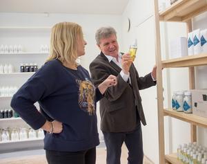 Butikschefen Anna Steijner guidar Jan Lövqvist, en av företagets grundare, bland produkterna som står uppradade i hyllorna.