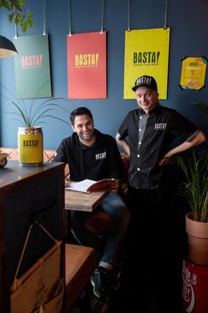 Brazer Bozlak och Simon Niva går genom salladsrecepten till reportaget i Pralin.