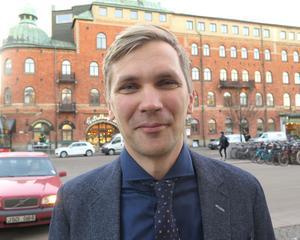 Fredrik Åberg Jönsson (V) är nöjd med att ha nått 100 procent förnybart drivmedel – men har redan nya mål.