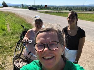 Anette Spjutsvik mötte upp , Hanna Spjutsvik och Caroline Schmidt vid ankomst till Delsbo Forngård.
