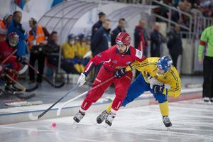 Sveriges Johan Esplund och Rysslands Alan Dzhusoev under VM-finalen i bandy mellan Sverige och Ryssland i Erofey arena.