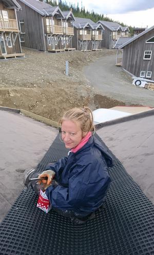 Sandra Holmström på taket. Lite tyngre var jobbet när 14 ton torv skulle upp.