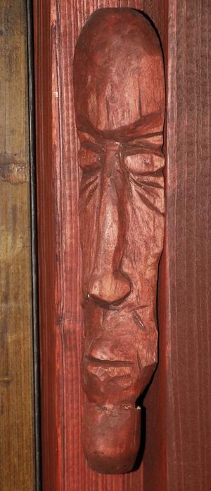 Besökare kan räkna med att bli uttittade av en och annan täljd trägubbe.
