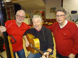 Lars Fahlander bas, Allan Åberg sång och gitarr och Lars Lundgren gitarr bildar den vällåtande trion Allan och Larzarna. Foto: Kjell Larsson