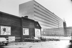 Stor kontrast mellan Melkerkontoret och den gamla bebyggelsen i kvarteret Lorens 1986. Foto: VLT:s arkiv