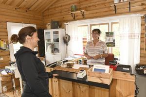 Susanne Karlsson som driver  Grövelsjöns booking, betjänar Thekla Schneede från Viken.