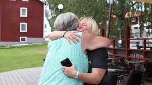 Anna-Lena Danielsson blev helt rörd när sysslingen Pam dök upp från ingenstans. Pam och hennes föräldrar hade tillsammans med en annan svensk syssling från Karlsborg letat rätt på Anna-Lenas föräldrars hem i Ställdalen. På så sätt fick de veta var de kunde hitta Anna-Lena.