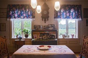 Rummen i huset är gammaldags inredda och smyckade med gamla fotografier och broderade dukar.
