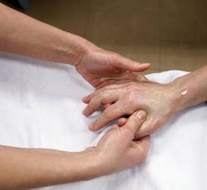 –Det är något magiskt, säger Rose-Marie Jäderström om den effekt en tio minuters handberöring kan ha.