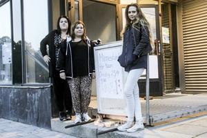Tove Engberg, Moa Djurestål och Emina Hajdarpasic tog initiativet till en minnesstund i Centrum för allas lokaler.