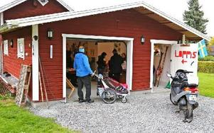 Till och med en moped var till salu under helgens gårdsloppisrunda. Foto: Johnny Fredborg