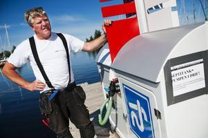 Fliskär är Norrlands största småbåtshamn med cirka 650 båtplatser. Nu har båtägarna med toalett ombord möjlighet att tömma avfallstanken i hamnens nya sugtömningsanläggning i stället för rakt ut i havet.– Det är viktigt att det är enkelt, säger Hans-Olov Andersson, hamnkapten vid Fliskärsvarvet.