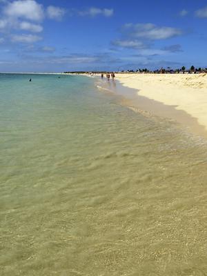Den sju kilometer långa stranden i Santa Maria på Sals sydkust bjuder på både lugna partier och större vågor.