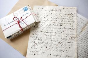 Mängder av brev från olika familjemedlemmar har Eva Klingberg hittat i herrgården. Varje brev har blivit en pusselbit i släktens historia.