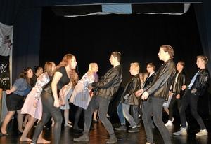 Koreografi. Eleverna har själva tränat in alla danserna.