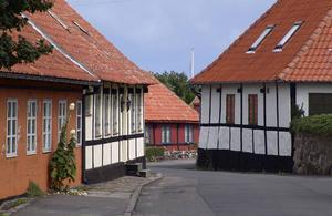 Bildtext 3: Korsvirkeshus är en vanlig syn på Bornholm.   Foto: Anders Pihl