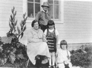 Sven Linnborg på äldre dagar, framför honom hustrun milda samt barnen Anna och Signe, bilden tagen utanför missionshuset i Bye i Marieby där hans föräldrar bodde.