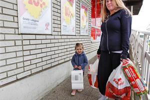 Marica Bäckman, 22 år, tillsammans med dottern Emmy Olausson, 3 år:   – Jag röstade i senaste kommunfullmäktigevalet. Det var mitt första val. Men jag röstade inte i EU-valet. Jag har ingen aning om varför folk inte röstar.         • Tycker du att det är viktigt att rösta?      – Ja, det är det väl.