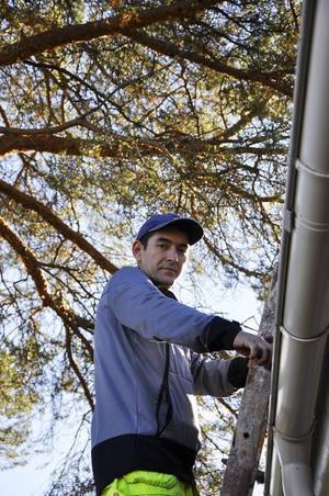 I Uzbekistan hade Hurshid Hamazaev eget företag där han köpte in bildelar som såldes vidare. I dag jobbar han som vaktmästare åt kommunen, ett jobb som han fått via Arbetsförmedlingen i Strömsund.