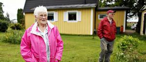På tomten vid huset i Valbo har Elisabeth Nyblom odlat potatis, jordgubbar, hallon och blommor. Efter olyckan kan inte sköta en trädgård längre. I bakgrunden hennes man Rune Nyblom.