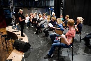 Koreografen Eva Sundberg finslipar rörelserna bland körens damer. Foto:Jonatan Svedgård