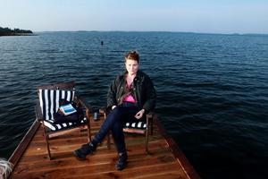 Ewa Åkerlind hittade lugn och ro vid stugan på Singö. -Man behöver hitta sin egen hängmatta, säger hon.