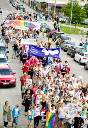 Närmare 2 000 personer i karavanen och minst lika många på sidan om och Pridefestivalen var en succé.