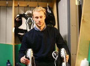 Här i ÖIK:s omklädningsrum ska Oscar Karlsson husera under resten av hockeysäsongen. Den 20-årige backen från Västervik är östersundsklubbens senaste nyförvärv.
