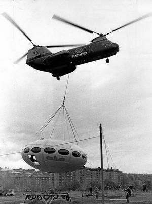 Tefatet äntligen i luften? Bilden från 1968 visar när ett Futurohus flyttades från Älvsjömässan med helikopter. BILD: ARNE SCHWEITZ/SCANPIX