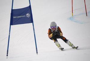 Tvåa efter första åket, sedan snabbast totalt på segertiden 1:18,63. 1,64 före klubbkompisen i Nolby Alpina, Axel Nyström.