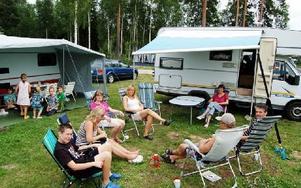 Klanen Olsson smider dagens semesterplaner. Från vänster Jimmy olsson, Karin Olsson, Agneta Olsson, Carina Olsson, Anette Johansson, Kenneth Olsson och Björn Johansson.FOTO:  CHRISTIAN LARSEN