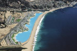 Längs den chilenska kusten sträcker sig den enorma poolen.