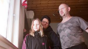 Familjen Christensen vaknade av ett högt brak när någon slog in en snöskyffel genom fönsterrutan i hallen.