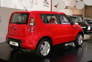 PERFEKT STADSBIL. Fyrkantiga lilla Soul känns helt rätt och är det mest intressanta som koreanska biltillverkaren Kia någonsin har visat. Trots sitt lite tuffa yttre har bilen ett smidigt yttre med hög sittställning blir Soul en perfekt liten stadsbil och Kia att främst unga ska lockas av bilen, det gör de säkert men frågan är om inte äldre blir minst lika förtjusta.