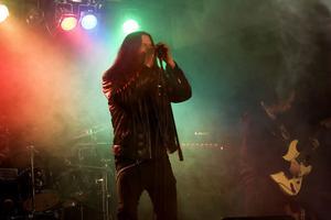 Klassisk heavy metal med rök och dundrande bas från Lion's share som bjöd på låtar från sin nya skiva vid konserten i Hudiksvall på torsdagskvällen.