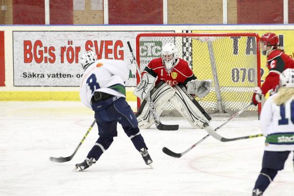 Sandra Bååth i Svegsmålet räddade det här friläget under söndagens match.