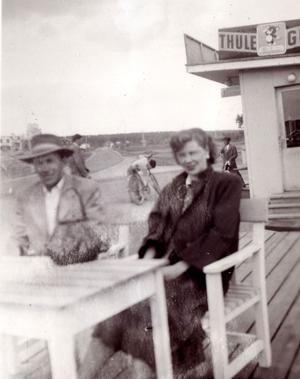 Hans och Doris Legeryd vid kiosken i Kläppa som de drev under många år.