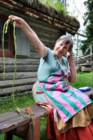 – Man använde flätade nässelstjälkar som rep förr i tiden till allt möjligt. Löven kan man använda som te och i bröd. En gång kanderade jag löven och använde som dekoration på en tårta, säger Soili Franzén.