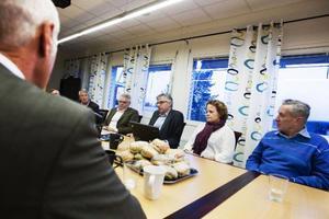 Det var på Reaxcer som besöket slutade för Gunnar Malm. Här sitter han tillsammans med Per Åsling (C), Hanna Falkeström, vice vd på Inlandsbanan och Göte Thorén som driver väguppror.