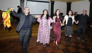 Kan fira. Gin Akkgul Hajo, i röd klänning, tog initiativ till mottagningen i går. Hon är aktiv i Demokratiska kurdiska rådet i Gävleborg, och vänsterpartistisk kommunfullmäktigeledamot i Gävle. Demokratiska kurdiska rådets ordförande, Hasan Boslak, håller i sjalen.