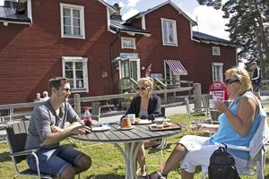 Eva Lithén, längst till höger, bor i Strömsholm och har tagit fikapaus vid marketenteriet tillsammans med dottern Alicia Lithén och hennes pojkvän Tobias Hellsten.
